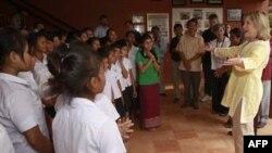 Sekretarja Klinton viziton Kamboxhian gjatë turneut të saj aziatik