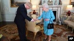 PM Inggris Boris Johnson saat bertemu Ratu Inggris Elizabeth II di London, 24 Juli 2019 (foto: dok).