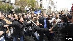 Para demonstran anti-pemerintah bentrok dengan pendukung Presiden Bashar al-Assad di Damascus, Jumat (25/3).