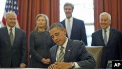 Prezident Barak Obama uzoq masofaga uchuvchi strategik qurollar sonini kamaytirish bo'yicha qabul qilingan kelishuvni imzolamoqda. Vashington, 2-fevral, 2011-yil.