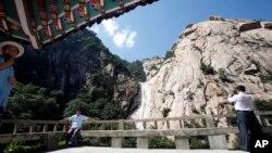지난 2011년 8월 중국인 관광객들이 금강산 관광을 즐기고 있다. (자료사진)