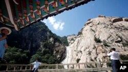 지난 2011년 8월 중국인 관광객들이 금강산 관광을 즐기고 있다.