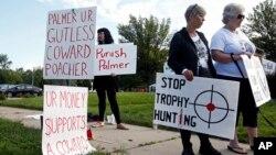 Những người biểu tình tập trung bên ngoài phòng khám nha khoa của ông Walter Palmer tại Bloomington, Minnesota ngày 8/92015.