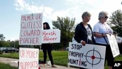 Demonstran berkumpul di luar tempat praktek Walter Palmer di Bloomington, Minnesota, yang kembali dibuka Selasa (8/9).