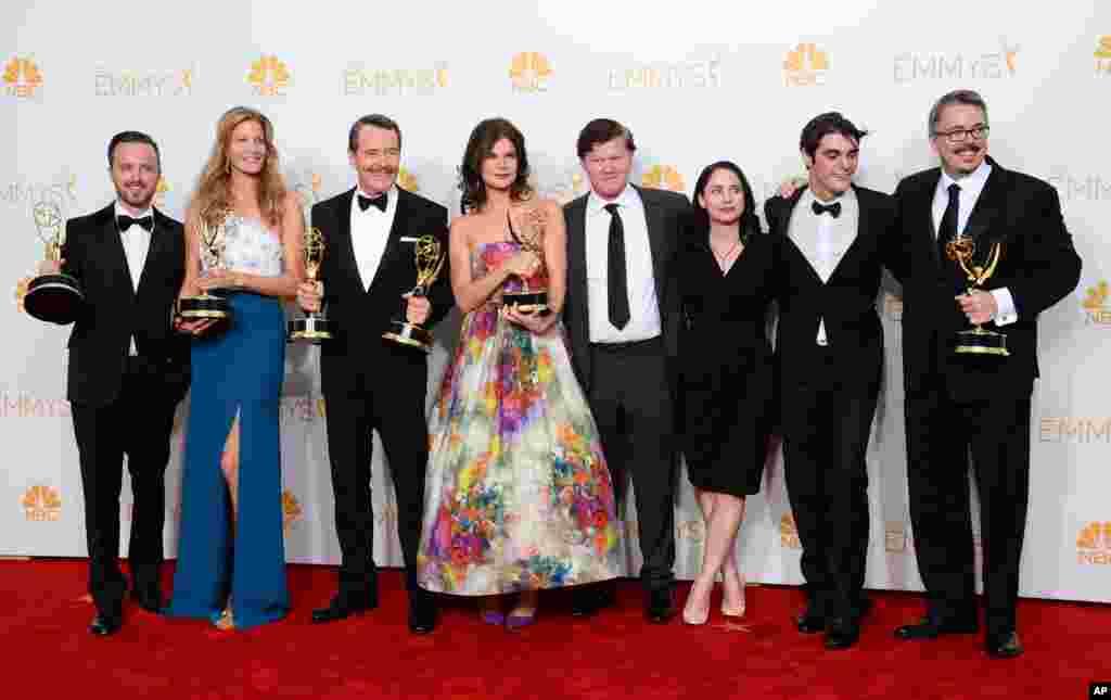 """Từ trái sang, Aaron Paul, Anna Gunn, Bryan Cranston, Betsy Brandt, Jesse Plemons, Laura Fraser, RJ Mitte và Vince Gilligan chụp hình trước báo giới sau khi """"Breaking Bad"""" đoạt giải sê-ri phim truyền hình thể loại chính kịch xuất sắc nhất trong lễ trao giải Emmy lần thứ 66 tại Los Angeles, California, ngày 25 tháng 8, 2014."""
