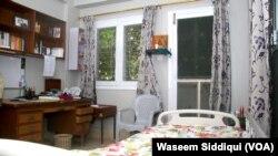 ڈاکٹر فاؤ کا کمرہ، شیشے کے باہر نصب طوطوں کا پنجرہ بھی نمایاں ہے