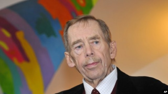 Former Czech president Vaclav Havel launches Amnesty International's campaign in support of three prisoners of conscience, Syrian lawyer Muhannad Al-Hasani, Iranian woman Sakineh Ashtiani and Chinese journalist Shi Tao, in Prague, Czech Republic. (File Ph