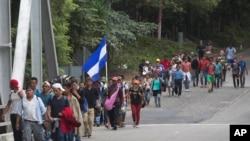 洪都拉斯移民穿过危地马拉向美国前进。(2018年10月16日)