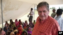 美国巴基斯坦特使霍尔布鲁克2010年9月看望巴基斯坦难民营的儿童