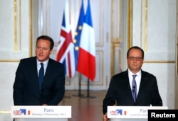 FILE - French President Francois Hollande (R) and Britain's Prime Minister David Cameron attend a joint news conference at the Elysee Palace in Paris, France, Nov. 23, 2015.