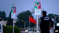 Seorang polisi tengah berjaga di dekat spanduk yang menghiasi sekitar kantor Presiden Pakistan di Islamabad, untuk menyambut kedatangan PM China Li Keqiang. PM China dijadwalkan akan tiba di Islamabad, hari ini (22/5) untuk kunjungan resmi di negara itu selama dua hari.