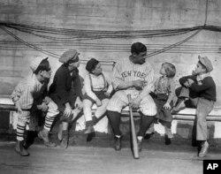 지난 1924년 11월, 고아 출신으로 야구 스타가 된 자신의 이야기를 어린이들에게 들려주고 있는 베이브 루스(가운데).