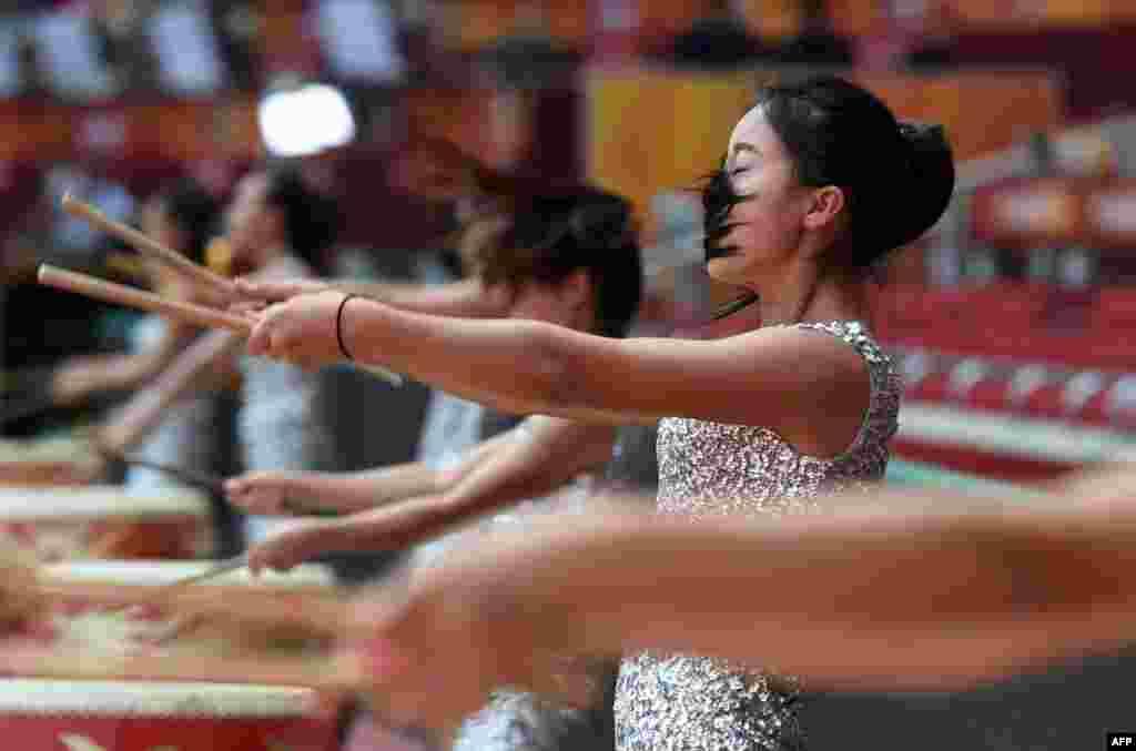 Những người đánh trống biểu diễn trong buổi tập dượt tại Sân vận động Quốc gia Tổ Chim trước khi khai mạc giải Vô địch Điền kinh Thế giới IAAF ở Bắc Kinh, Trung Quốc.