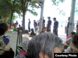 大批警察包围中国外交部外请愿宿营现场。(图片来源:曹顺利)