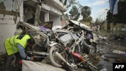 Spasilačke ekipe pretražuju ruševine nakon eksplozije bombe u Fejsalabadu, na istoku Pakistana