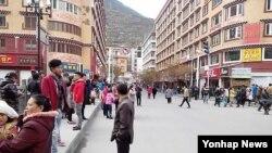 쓰촨 캉딩현에서 지진 발생후 놀라 밖으로 나온 주민들