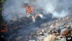 Το κατεστραμμένο λεωφορείο τυλιγμένο στις φλόγες