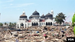 Masjid Raya Banda Aceh pasca tsunami akhir tahun 2004 (VOA/Eva M.).