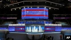 Una convención rodeada de controversia como resultado de la publicación de correos electrónicos donde Debbie Wasserman Schultz critica la campaña de Bernie Sanders.