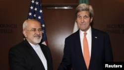 伊朗外長扎里夫 (左) 與美國國務卿克里(右) 2016年4月16日在位於紐約的聯合國總部會面