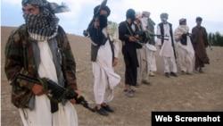 د ننګرهار د والي ویاند وايي د طالبانو او داعش ترمنځ د جګړو نه په ګټې اخیستلو یې، پر دواړو غاړو بمبارۍ کړي او ګڼ شمېر یې وژلي.