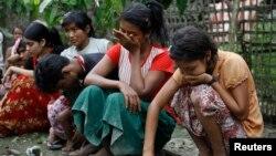 Beberapa perempuan Muslim di dekat kota Thandwe, Burma barat menangis setelah kehilangan rumahnya akibat dibakar warga dalam kekerasan sektarian (foto: dok).