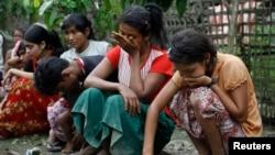 Warga Muslim Rohingya menangis melihat rumah mereka di desa Thapyuchai, di luar kota Thandwe, Burma barat habis terbakar dalam kekerasan sektarian (foto: dok).