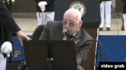 پیش از سخنرانی آقای پنس، یکی از تفنگداران بازنشسته که از بمبگذاری سال ۱۹۸۳ جان به در برد، سخنرانی کرد.
