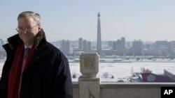 지난 1월 평양을 방문한 미국 구글사의 에릭 슈미트 회장이 주체탑이 보이는 인민대학당 발코니에 서 있다.