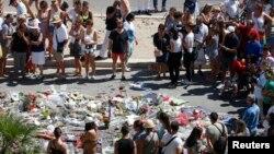 人们向卡车货车在尼斯濒临地中海的盎格鲁街上碾人事件死难者献花(2016年7月17日)