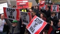 Warga Amerika memprotes penggunaan senjata api menyusul banyaknya tragedi penembakan belakangan ini (Foto:dok). Presiden Obama sangat mendukung RUU yang akan memberlakukan kembali larangan kepemilikan senjata api serbu, Selasa (18/12).