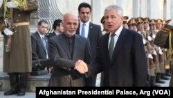 ABD Savunma Bakanı Chuck Hagel, sürpriz ziyaret gerçekleştirdiği Afganistan'da Devlet Başkanı Eşref Gani'yle