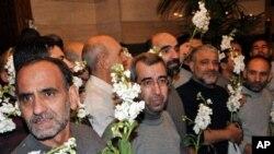 48 warga Iran yang dibebaskan pemberontak Suriah tiba di hotel Sheraton di Damaskus hari Kamis (10/1).