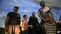 Úc không cho các phóng viên đến các trại vừa mở cửa lại ở Papua New Guinea và trên hòn đảo tí hon Nauru ở Nam Thái Bình Dương, nơi tạm trú của những người xin tỵ nạn từ Sri Lanka, Afghanistan, Iraq, Iran và Pakistan.