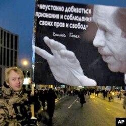 在12月24日莫斯科示威中手举哈维尔像的尤里