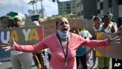 """Yon sitwayèn venezuelyèn k ap pwoteste pou ll denonse sali rele """"mank sèvis piblik"""" pou pwoteje popilasyon an kont maladi kowonaviris la. (Karakas, vandredi 22 me 2020)."""