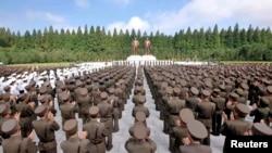 북한에서 정전 60주년을 앞둔 24일, 인민무력부에 세워진 김일성, 김정일 동장 앞에서 군인들이 참석한 결의대회가 열렸다.