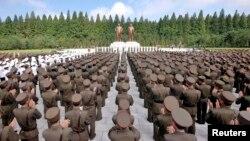 지난해 7월 북한 인민군 장병들이 정전 60주년을 경축해 인민무력부에 세워진 김일성·김정일 동상 앞에서 결의대회를 가지고 있다.
