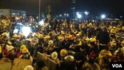 Hàng ngàn người Hong Kong đối đầu với cảnh sát tại một điểm tập hợp