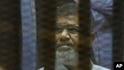 21일 이집트 카이로 국립경찰학교 내 임시 법정에 출석한 무함마드 무르시 전 대통령.