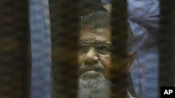 Presidente Mohammed Morsi no tribunal. Cairo, Egipto, Abril 21, 2015.