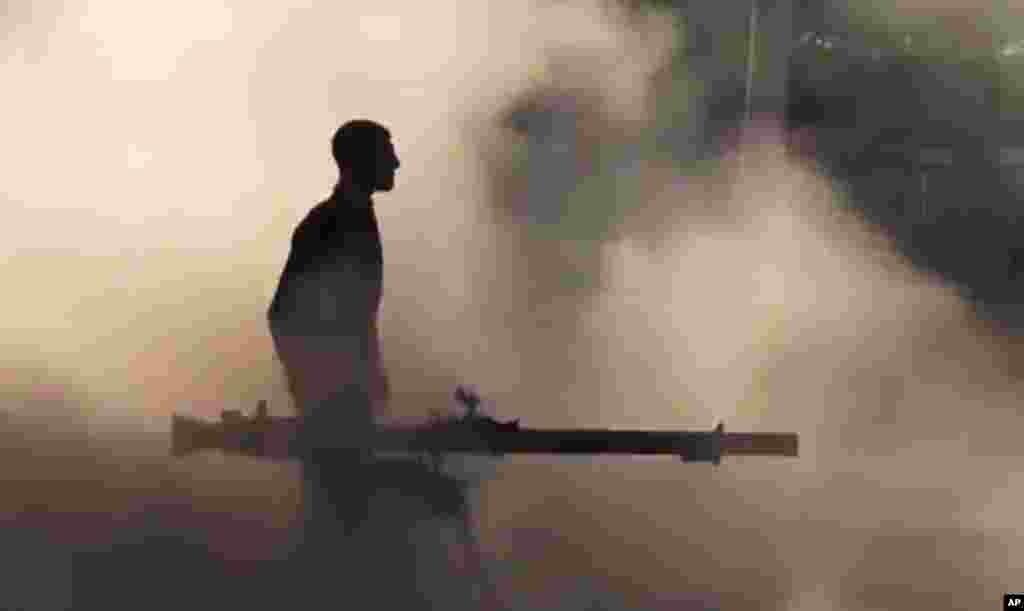 Soldado do Exército Livre Sírio, pouco depois de disparar contra forças governamentais em Mukhtariya perto de Homs.