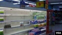 Pemerintah Tiongkok menarik susu yang dicurigai tercemar dari berbagai supermarket tahun 2008.