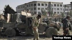 2010년 발생한 아프가니스탄 칸다하르 차량폭발 현장에서 손상된 경찰차량 옆을 지나고 있는 현지 경찰(자료사진)