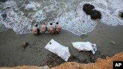 Para petugas Bulan Sabit Merah Libya menemukan jenazah para migran di lepas pantai Libya (foto: dok).