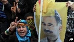 تصویر اوجالان در دست یکی از طرفداران او