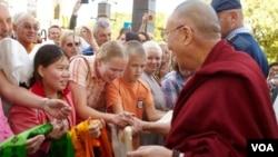 达赖喇嘛访问欧洲第一站,当地人迎接