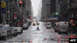 Популярна 5-та Авеню в Нью-Йорку майже порожня, 23 березня 2020 року