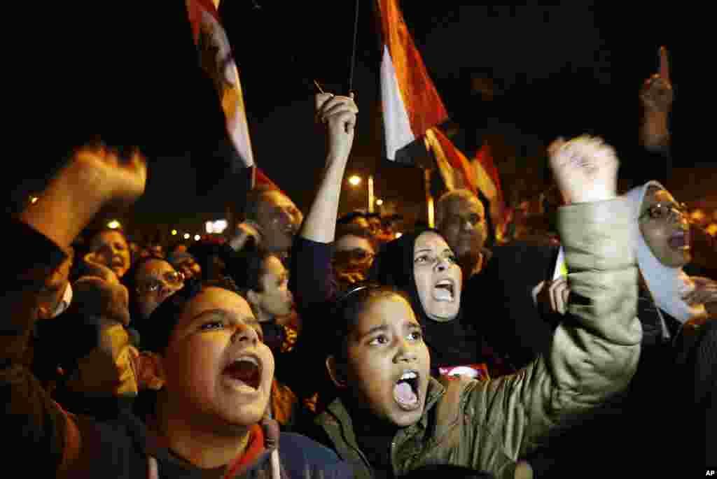 პრეზიდენტის სასახლესთან მომიტინგეები ანტი-სამთავრობო სლოგანებს გაიძახიან, ქაირო, 9 დეკემბერი, 2012.