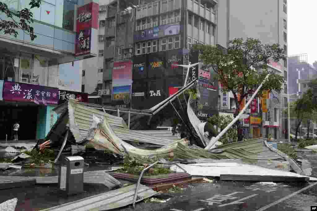 تائیوان میں طوفان کے باعث تباہ حالی کا ایک منظر۔